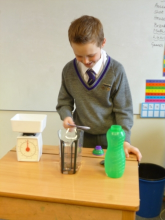 Monty demonstrates Archimedes' principle in year 5